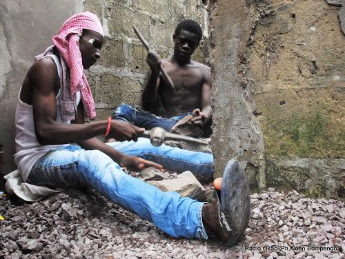 Des jeunes adolescents Kinois préparant les festivités de fin d'année par la casse de moellon pour produire la caillasse à vendre. Radio Okapi/Ph. John Bompengo